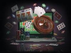 Laptop inmitten von Casino Spiel Utensilien